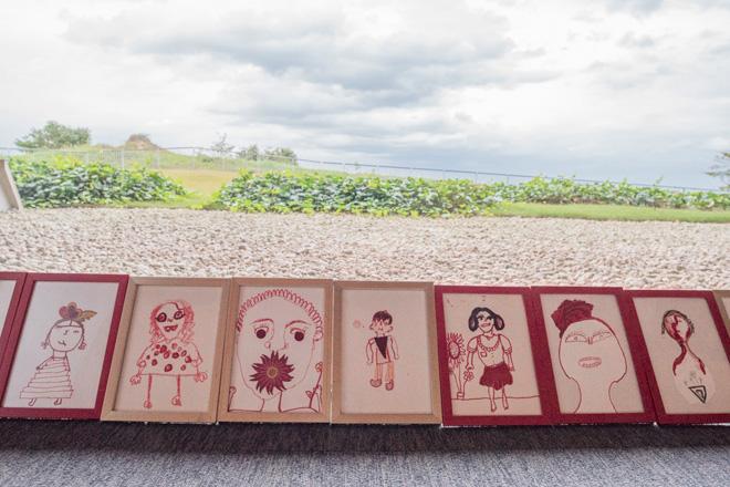 「ケノプシア(人のいない空間)」ミトゥ・セン インドの人口過密と茨城の過疎化をテーマに、ミトゥ・センと子どもたちが描いた絵が並びます。