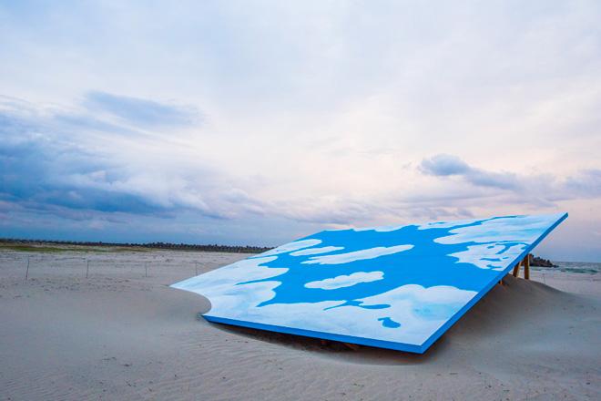 「落ちてきた空」イリヤ&エミリア・カバコフ 激しいハリケーンによって落ちてきた巨大な空という想定の作品。海岸そのものがアートの一部に。