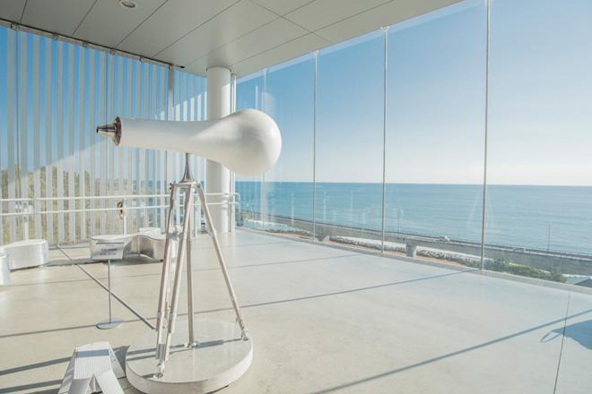 「風景幻灯機」村上史明 望遠鏡のオブジェをのぞくと、アニメと組み合わせた大海原の映像が広がります。