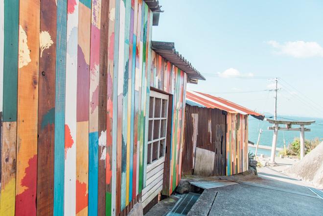 男木島の路地を彩る眞壁陸二氏による「wallalley」。