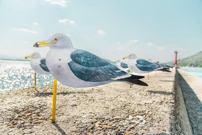 女木島の港では、「カモメの駐車場」(木村崇人氏)がお出迎え。