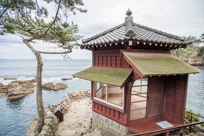 五浦海岸に岡倉天心が設計して建てた朱塗りの六角堂。