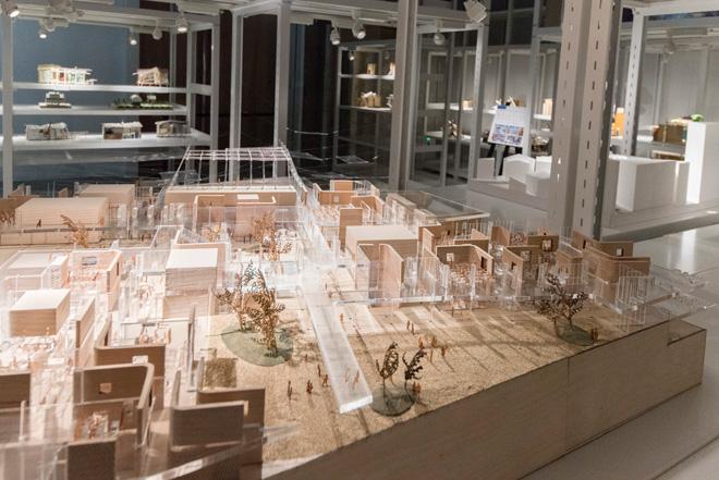 ジオラマをのようにつくり込まれたものなど、多彩な建築模型が巨大な倉庫内に展示、保存されている。