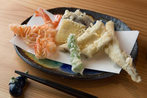 天ぷら盛り合わせ 2,200円 海老2尾と穴子、野菜3品がセットの盛り合わせ。 冬には瑞々しく美味しくなる根菜を天ぷらで。