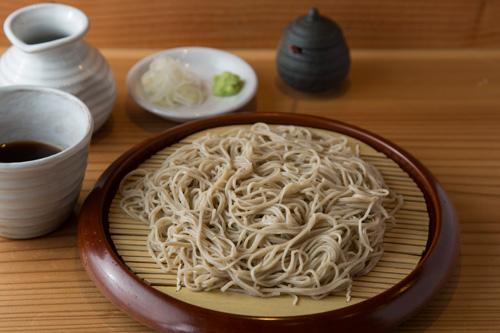 ざるそば 900円 会津のかおりと常陸秋そばをブレンドした十割そば。そばの風味、 甘みがしっかりあるが、ごく細打ちでのど越しがいい。