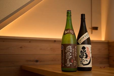 日本酒は十数種類を用意する。冷はもちろん、 お燗向きの銘柄も揃える。一合650円~