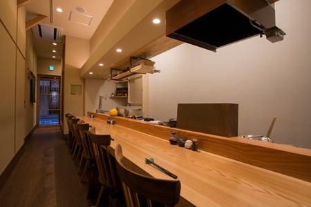 カウンターがメイン。金子さんの仕事ぶりを 眺めながら食事をするのも楽しい。