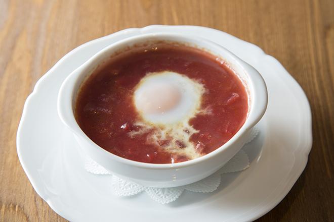 冬の根菜と寒卵のスープ   900円 鮮やかな赤はビーツの色。そこに人参などの 冬の根菜の甘みが広がる柔らかい味わい。