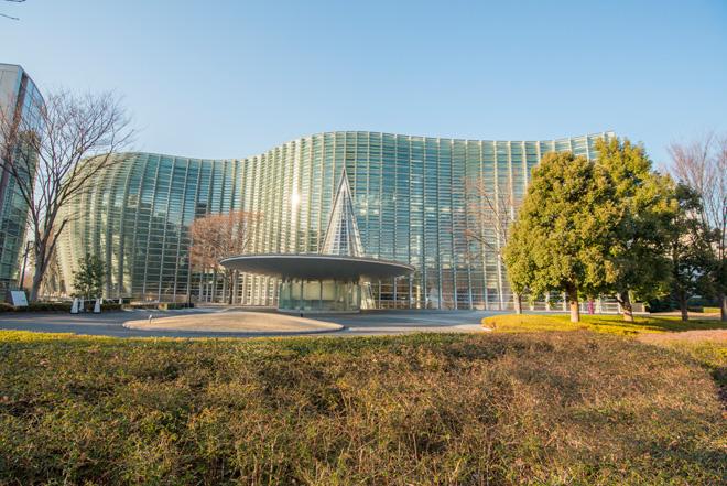 コンセプトが「森の中の美術館」の国立新美術館。全面ガラス張りの外観は、黒川紀章氏設計による最後の作品。