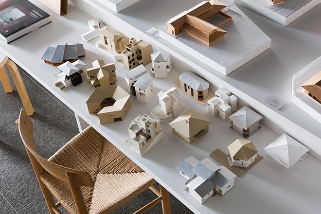心地よい記憶に残る居場所を考え続ける堀部安嗣氏。それを示す建築模型を数多く展示。© Nacása & Partners Inc.