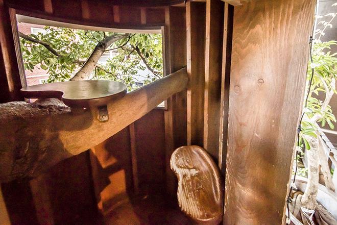 えんぴつ型の小屋は、一人分の机と椅子。まさに秘密基地。