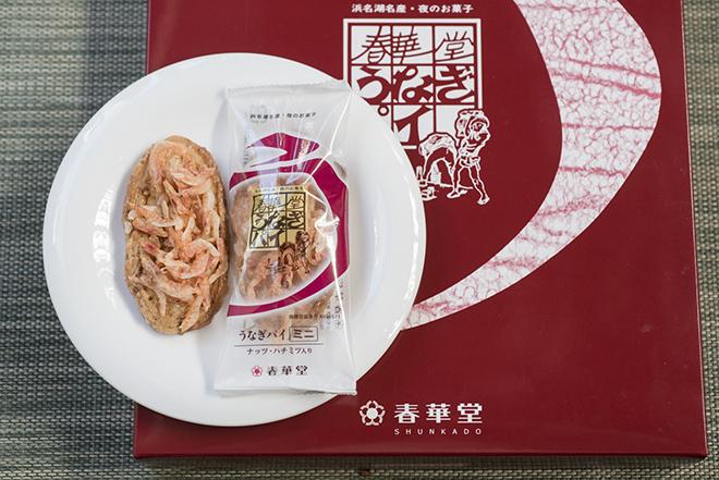 静岡土産の代表格、春華堂の「うなぎパイ」に駿河湾の桜海老をのせてよりおいしく。