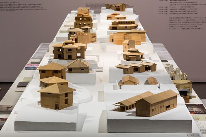 長い展示台には木で制作された模型が並ぶ。© Nacása & Partners Inc.