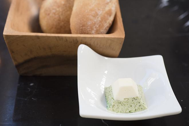 カツオ節を練り込んだパンと富士山型の青のりバター。