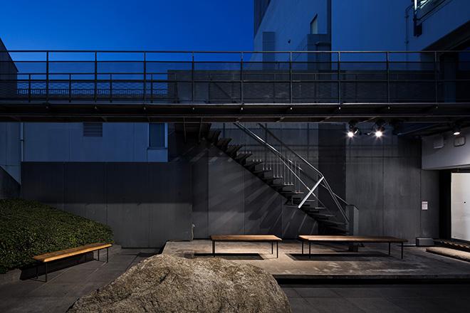 日本建築学会賞を受賞した「竹林寺納骨堂」で使われたベンチが置かれた中庭。© Nacása & Partners Inc.