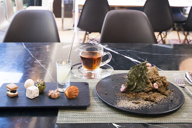 静岡紅茶の「べにふうき」を練り込んだシフォンケーキは、日本庭園の苔と土のような造形美。