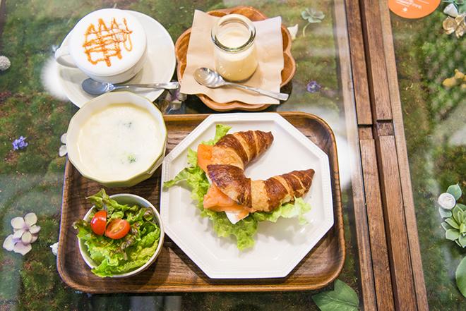 クロワッサンのランチは、サラダ・スープ・とろけるプリン・ドリンク付で¥1200。