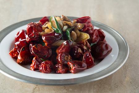 鴨肉の朝天とうがらし炒め 3,200円 四川風のテイストを取り入れた料理も少なくない。上品な醤油味の鴨肉が唐辛子や花椒の香りをまとう、上海と四川の出会いの料理。