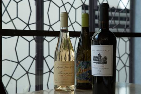 料理に合わせるのはワイン。料理に合うきれいな味わいのワインを上手にセレクトしている ボトル4,000円台~