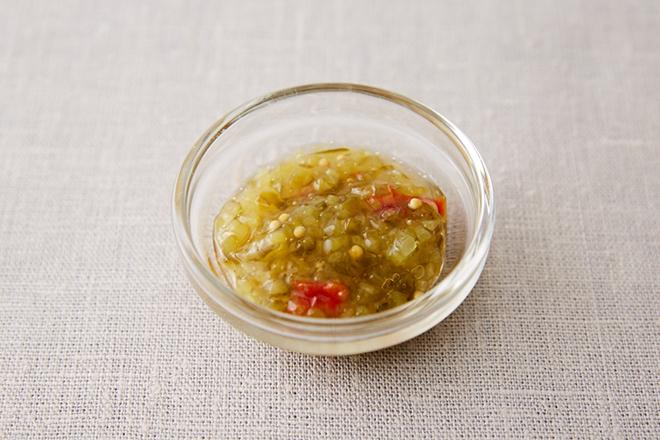 スイートレリッシュは、みじん切りにしたきゅうりのピクルスに赤ピーマンやハーブなどを加えた甘いピクルスソース。 ホットドッグのトッピングなどによく使われます。