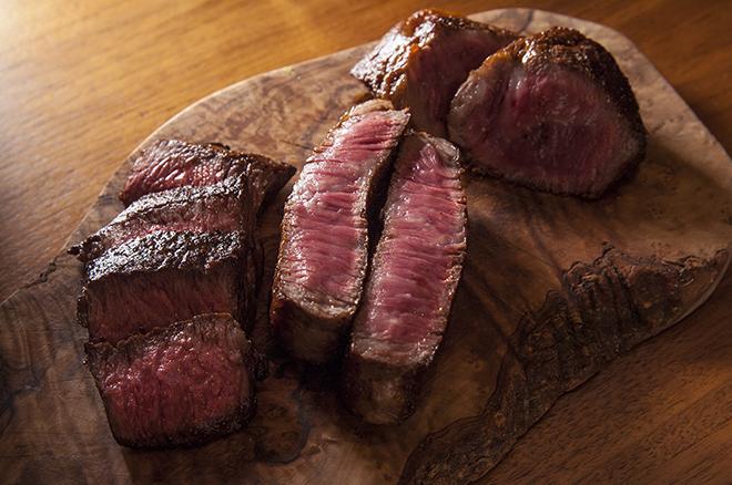 3種類の肉盛り合わせ 食べたい部位を100g~好きなだけ焼いてもらえる。 各100gで、左からハラミ1,800円、リブロース2,400円、もも肉1,800円
