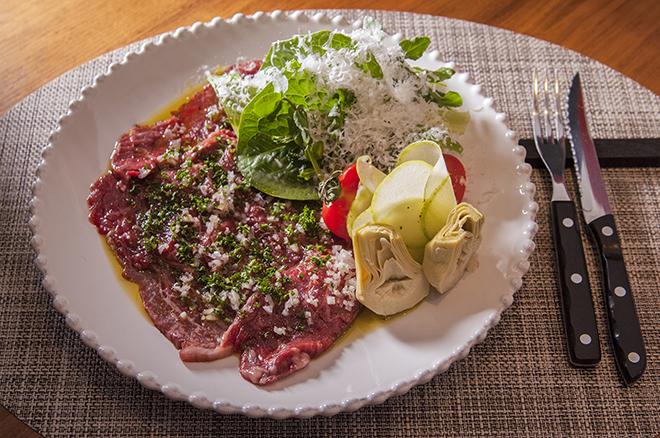 国産牛モモ肉のカルパッチョ 3,500円 厚みのある赤身のもも肉は食べごたえもある。 玉ねぎのドレッシングがけでさっぱり味わう。