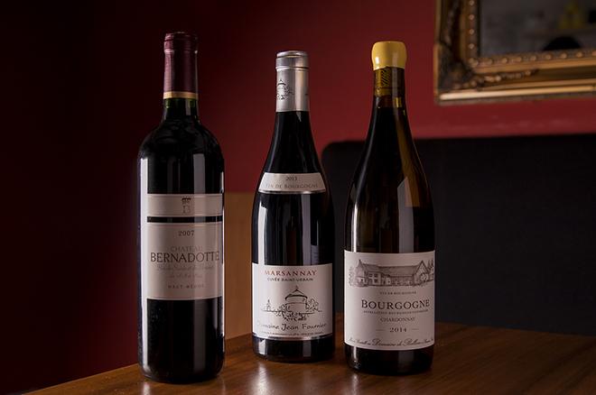 ワインはフランスが中心に揃う。グラス1,000円~。 ブルゴーニュはボトル売りのみで6,000円~
