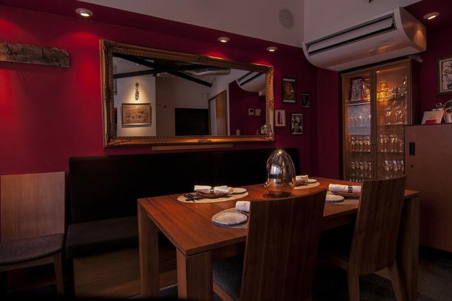 メインのテーブルのほか、カウンター席が4席用意されている。