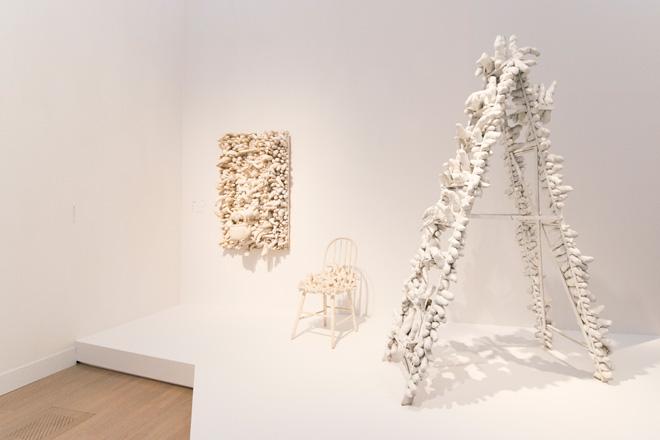 (左)「The Man」(1963・広島市現代美術館)、(中)「無題(イス)」(1963・豊田市美術館)、(右)「トラヴェリング・ライフ」(1964・京都国立近代美術館)。