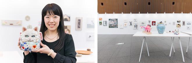(左)作品を手にする西ノ宮佳代さん。「猫だるま」シリーズは美術教科書にも掲載された。(右)ブースには30のギャラリーが参加。絵画などの平面作品やコンパクトな立体作品をあわせて75点を展示。
