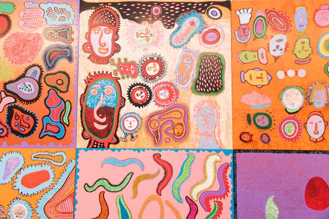 「人生を歩もう」(2016)など、カラフルな作品が並ぶ壁面。
