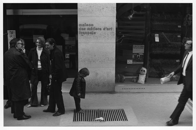 「音のない記憶」より「通風口をのぞく子ども」/ Paris (1972-1973) (C)Shoji Ueda
