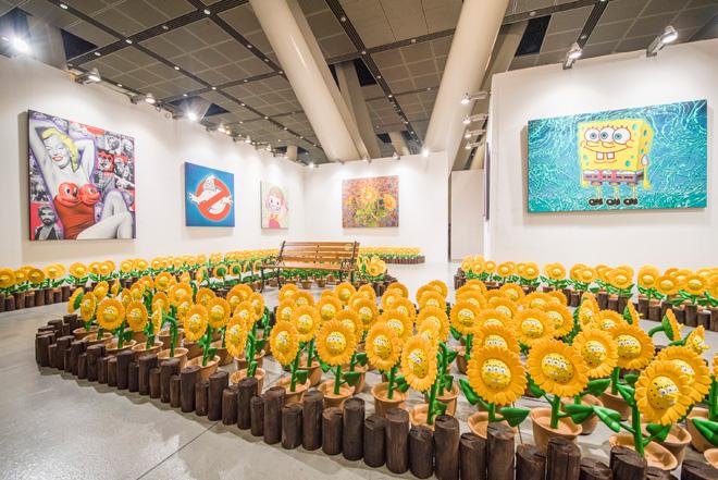 ニューヨークを拠点に活躍するストリート・アーティスト、ロン・イングリッシュ氏の作品は、香港の「JPS アートギャラリー」で展示。アメリカの人気アニメ「スポンジボブ」がモチーフとなったひまわりの中のベンチで記念撮影をすることもできる。