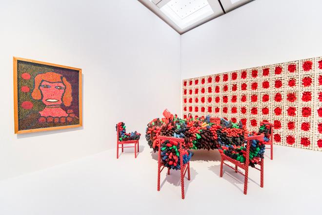 (左)「とらわれのダニー・ラ・ルー」(1970・広島市現代美術館)。(中)「最後の晩餐」(1981・千葉市美術館)、(右)「太陽の雄しべ」(1989・富山県美術館)。