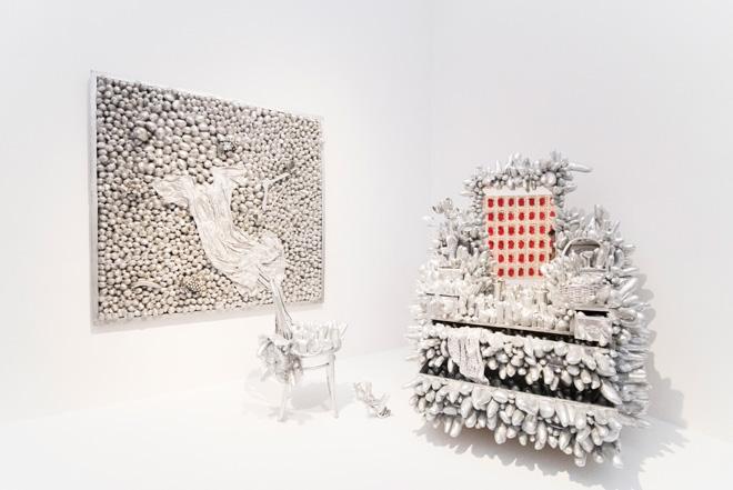 (左)「地上の銀」(1990・リト&キム・カマチョ蔵)、(右)「ドレッシング・テーブル」(1990・東京都現代美術館寄託)。