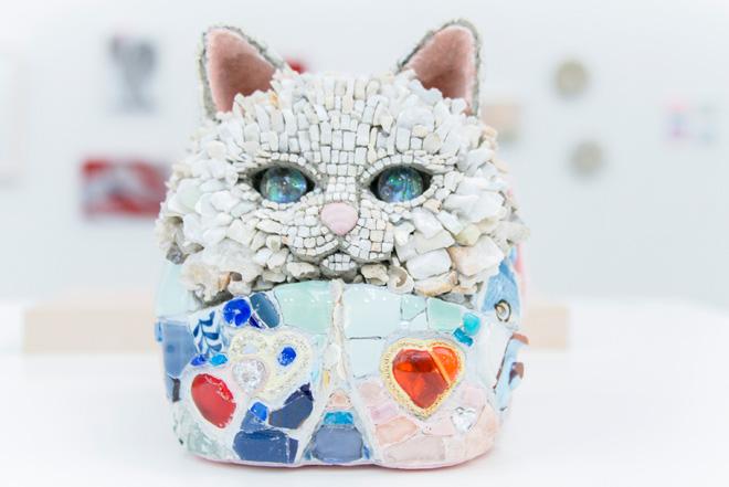 独自のモザイク技法の立体作品「猫だるま」シリーズの1体。西ノ宮佳代さんの作品。