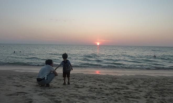 バンヤンツリー・プーケットに到着した日。誰もいない白く長いビーチでアンダマン海に沈む夕日を家族で眺める。