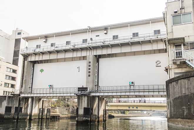 神田川と亀島川の間の水門。都市を洪水から守ります。