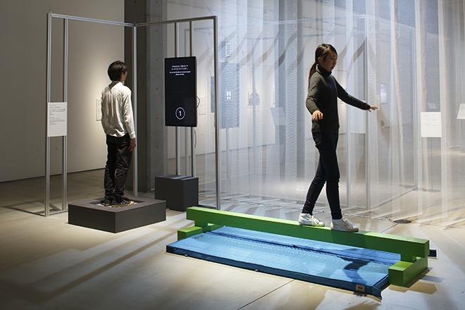 「バランス コントロール」構成:展覧会企画チーム、株式会社テック技販 来場者が自分自身の「バランス」を理解することで、身体感覚を体験できる。
