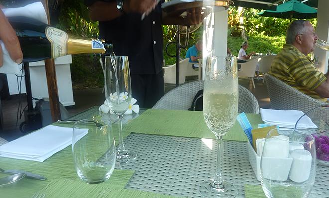 朝食からスパークリングワイン。どんどん注いでくれる。この気候、雰囲気の中、断る理由はない。