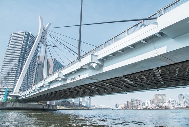 レインボーブリッジと同じ日に竣工された、現代的なデザインの中央大橋。