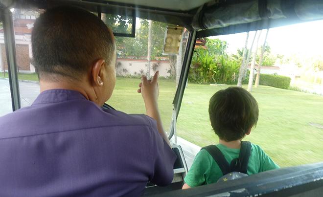 バギーでの移動のたびに息子を助手席の載せてくれ、運転気分を味あわせてくれる優しいドライバーさん。