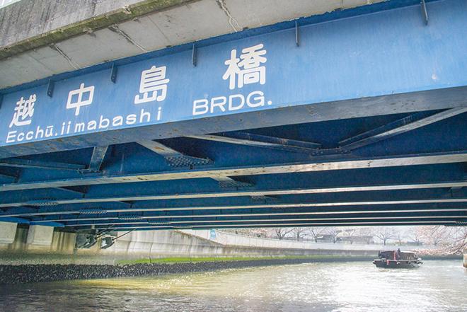 越中島橋(えっちゅうじまばし)の奥、大横川沿いに桜並木が広がっています。