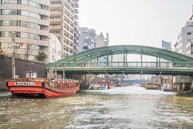 江戸情緒満点の神田川。屋形船が連なります。