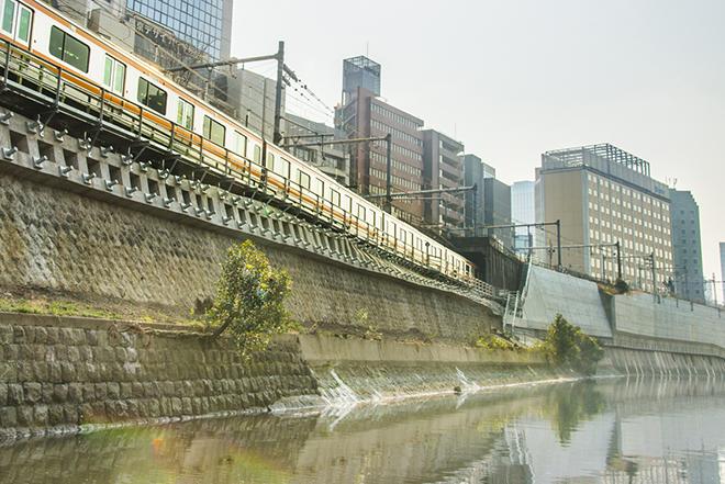 丸ノ内線・新幹線・山手線の線路の下をくぐり、中央線が並走する場面も。