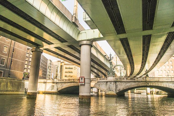 下から見上げる日本橋も荘厳。