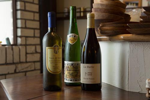 ワインはグラス600円、カラフェ1,800円のほか、ボトル3,800円~。