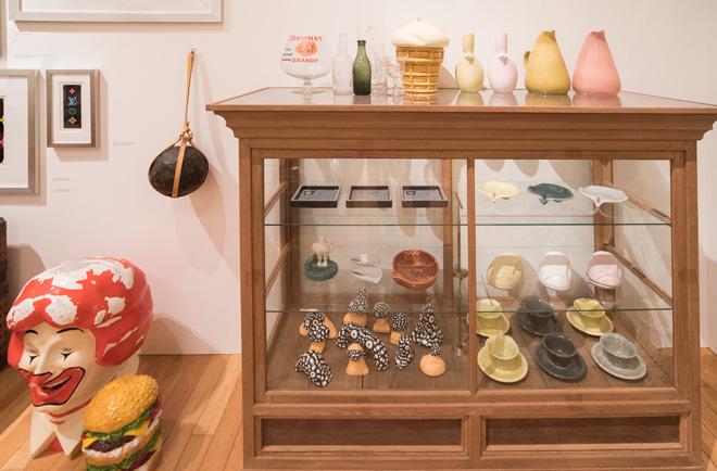 さまざまな骨董やオブジェの中にアートがさりげなく置かれ、洗練された感覚に目を見張る。