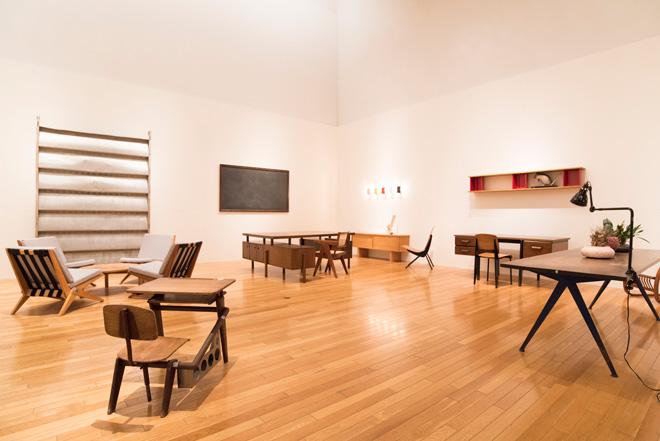 シャルロット・ペリアンや、ピエール・ジャンヌレ、ジャン・プルーヴェなどによるミッドセンチュリーの家具も展示。アルミ製の建築部材はプルーヴェによるサンシャッター(日よけ)。
