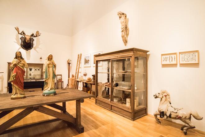 片山正通氏が収集してきた膨大な数のコレクションを、独自の分類で展示している。写真は「Room13 骨董、オブジェ、その他」のエリア。